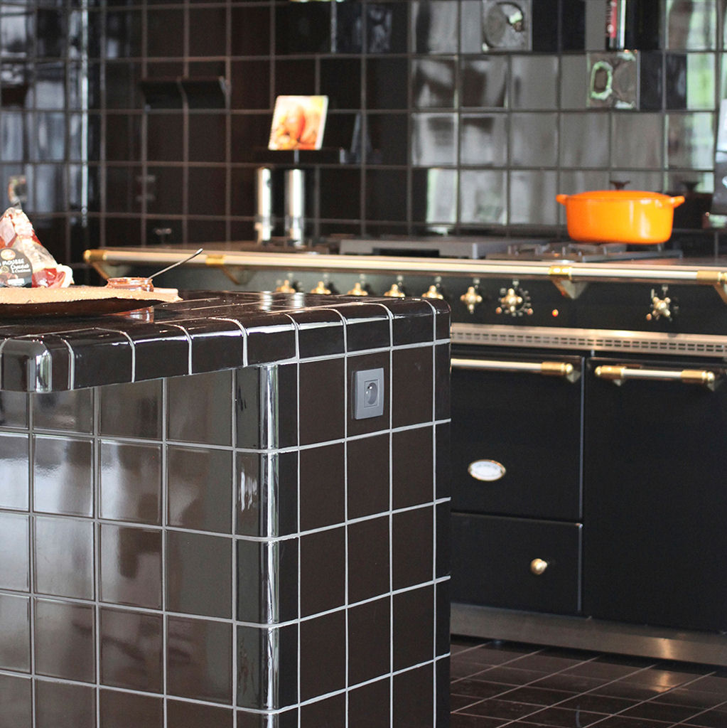 black kitchen with rounded tiles