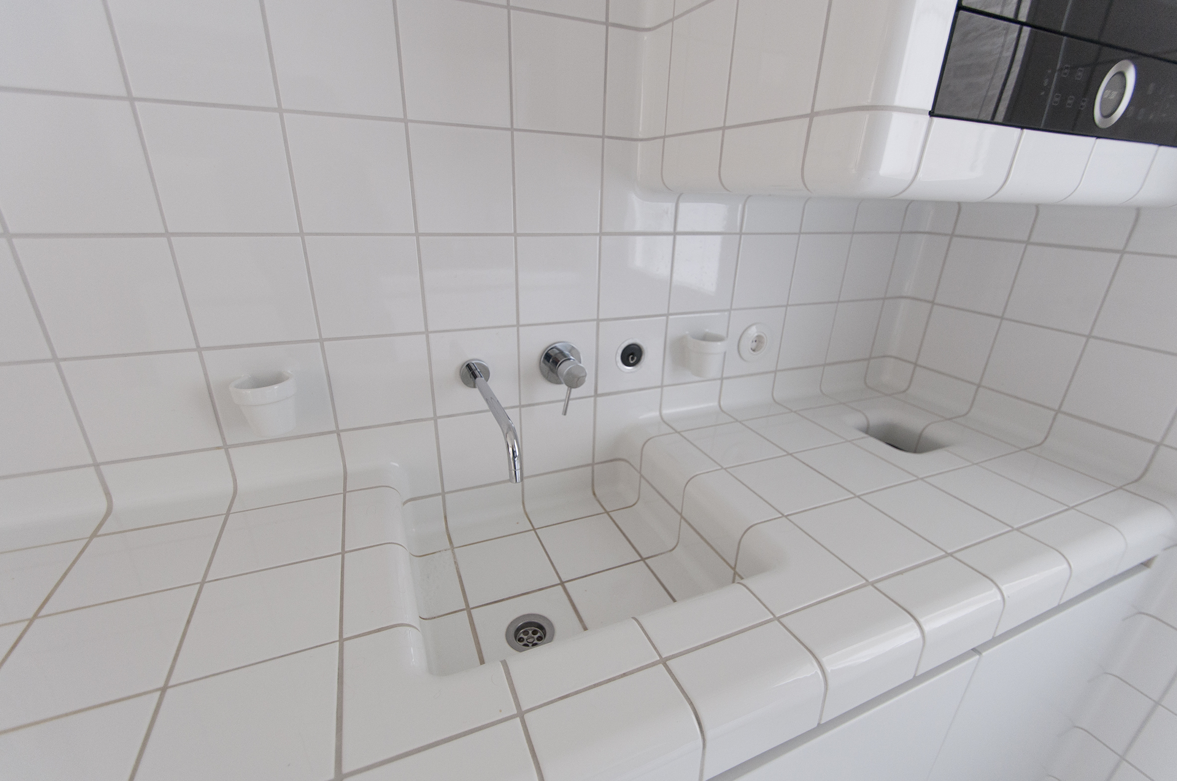 white kitchen with rounded 3d tiles