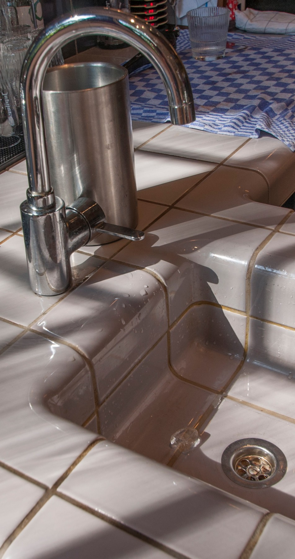 three-dimensional tiles in sink, tiles with rounded 3d corners and integrated functions