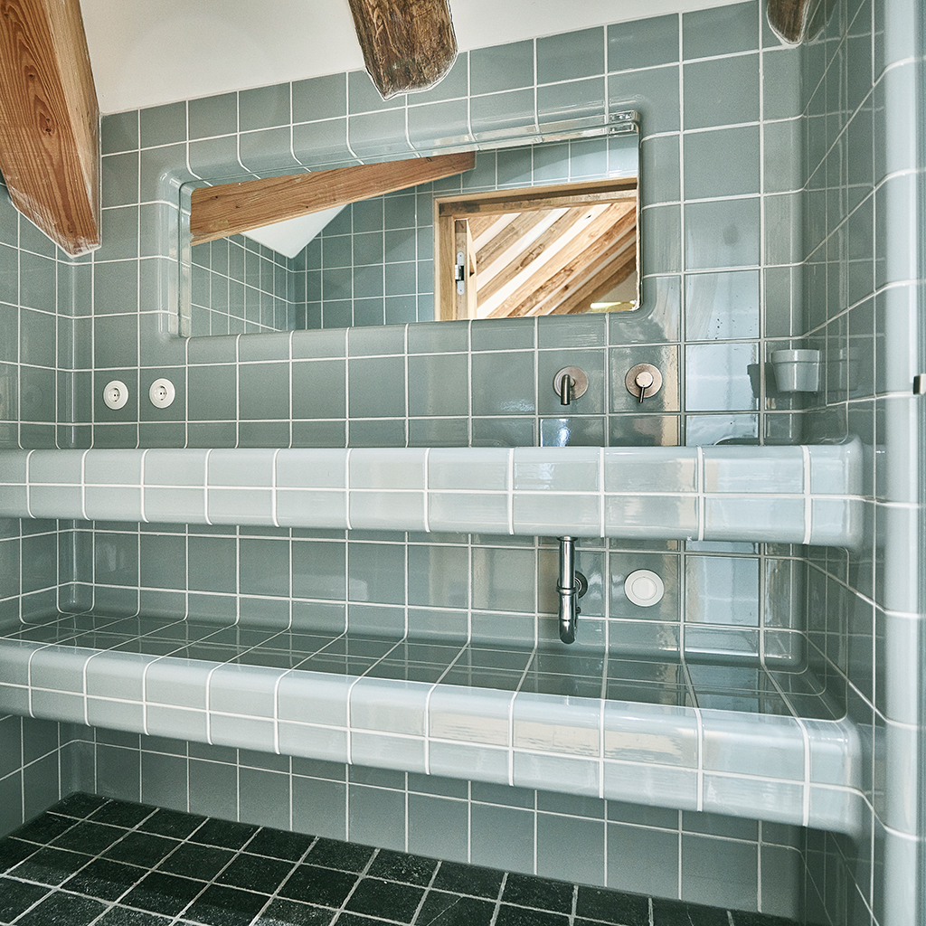 Design your bathroom with rounded tiles