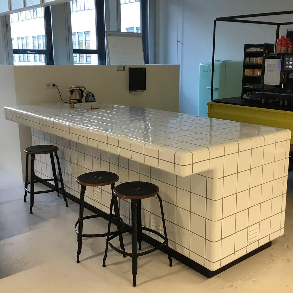 tiled bar with rounded  3d corners and integrated sink