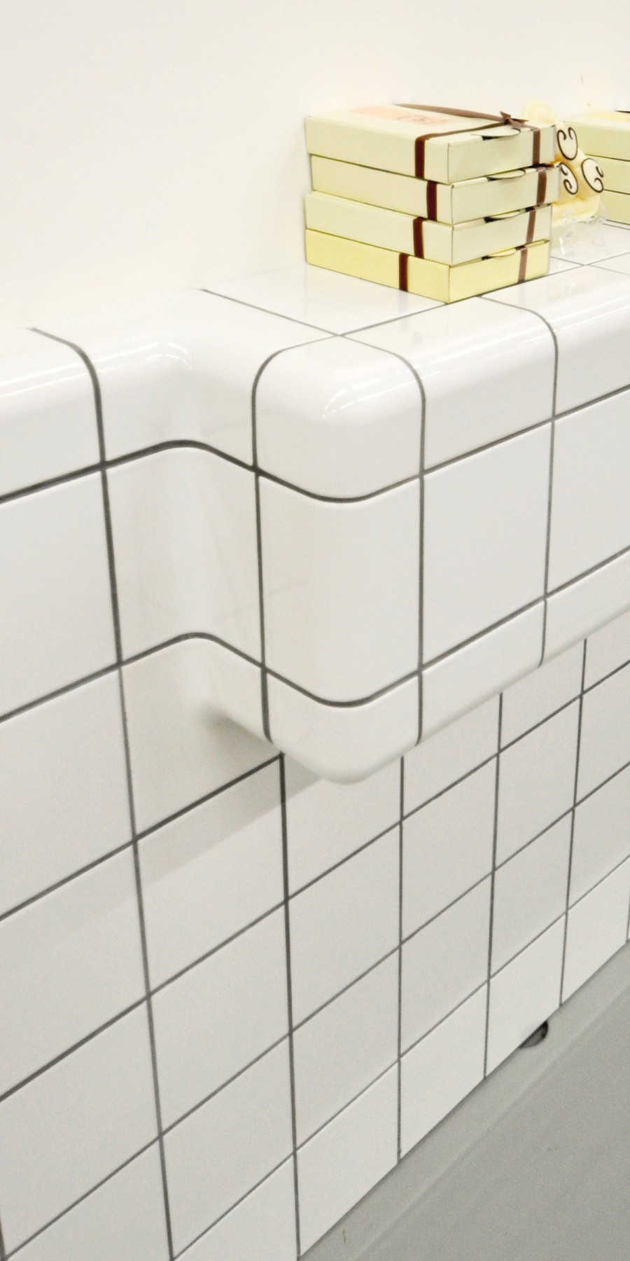 edge with rounded tiles, tiling with three-dimensional construction and functional tiles